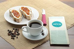 desayuno Area con tostada de mantequilla y mermelada