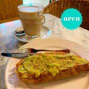 desayuno area con tostada con aceite tomate aguacate y semillas