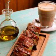 desayuno area con tostada con aceite jamon serrano y semillas