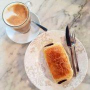 desayuno area con napolitana de chocolate