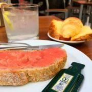 desayuno Area con tostada de aceite y tomate